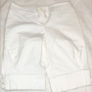 Urban Behaviour collection capris white buttons